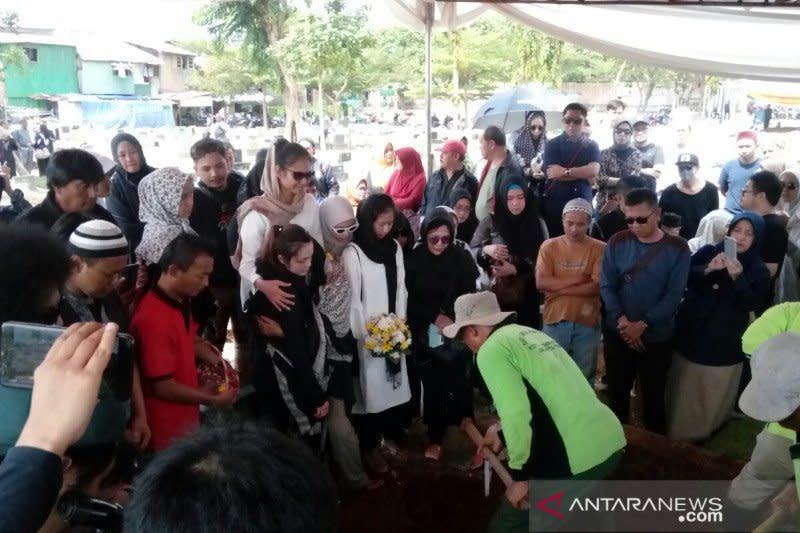 """Syahdunya pemakaman Cecep """"Bombom"""" Reza di TPU Layur Penggilingan"""