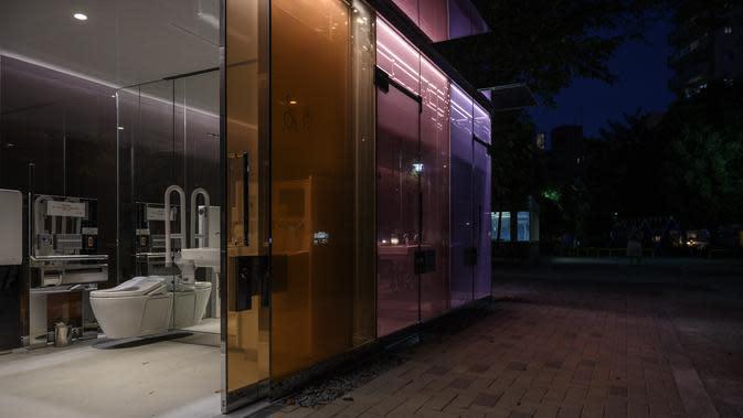 Suasana toilet transparan di Haru-no-Ogawa Community Park di distrik Shibuya, Tokyo (19/8/2020). Toilet ini dirancang oleh arsitek Shigeru Ban dimana dinding luar kacanya akan berubah menjadi buram ketika kuncinya ditutup. (AFP Photo/Philip Fong)