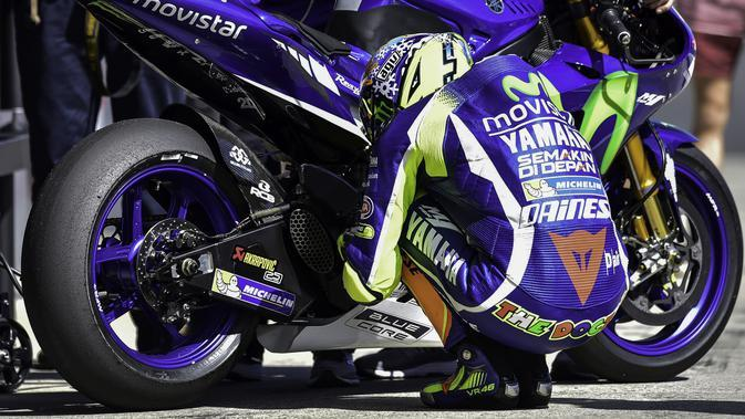 Ritual rutin Valentino Rossi sebelum balapan dimulai. (AFP)