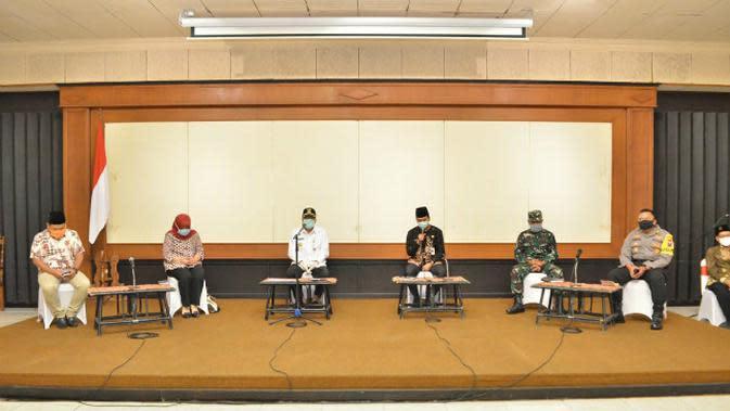 Konferensi pers pemerintah kabupaten Gresik (Foto: Liputan6.com/Dian Kurniawan)