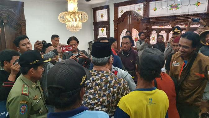 Bupati Kebumen, Yazid Mahfudz menemui warga kawasan Urut Sewu yang mengadu, usai terjadi bentrok antara TNI dengan warga. (Foto: Liputan6.com/Yazid Mahfudz untuk Muhamad Ridlo)