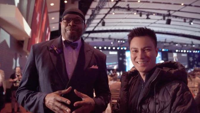 Baim Wong juga berkesempatan mewawancarai pemain legenda NBA, Sam Perkins. Bagi para pencinta basket, pertandingan NBA disiarkan secara eksklusif di Vidio.com.