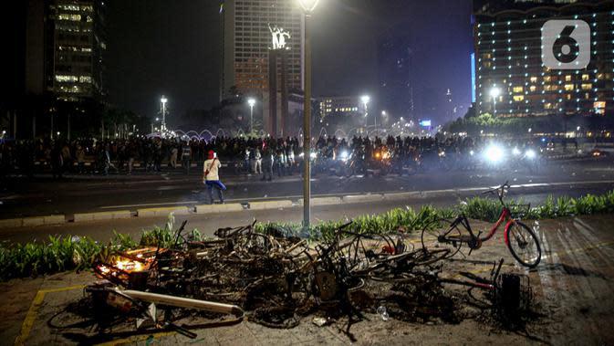 Situasi usai demonstrasi yang berujung anarkis di kawasan Bundaran HI, Jakarta, Kamis (8/10/2020). Massa membakar sejumlah barang saat demonstrasi menolak pengesahan UU Cipta Kerja. (Liputan6.com/Faizal Fanani)