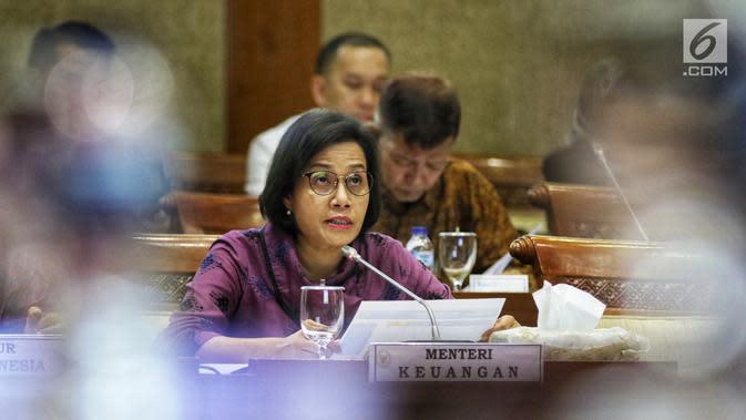 Menteri Keuangan Sri Mulyani Indrawati mengikuti rapat kerja dengan Komisi XI DPR RI di Kompleks Parlemen, Senayan, Jakarta, Senin (17/6/2019). Pemerintah bersama Komisi XI DPR RI kembali melakukan pembahasan mengenai asumsi dasar makro dalam RAPBN 2020. (Liputan6.com/Johan Tallo)