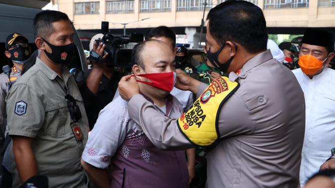 Kapolda Metro Jaya Irjen Nana Sudjana memasangkan masker kepada warga di kawasan Pasar Tanah Abang, Jakarta Pusat. (Dok Polda Metro Jaya)