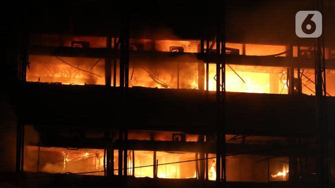 Kebakaran melanda bagian gedung di Kompleks Kejaksaan Agung Republik Indonesia, Sabtu (22/8/2020) malam. Pihak kepolisian yang ikut turun ke lokasi untuk membantu proses kelancaran pemadaman api masih belum mengetahui apa penyebab kebakaran di Kejagung. (Liputan6.com/Herman Zakharia)