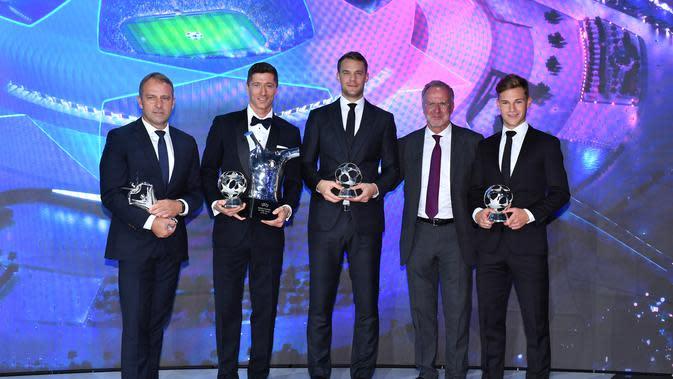 Penyerang Bayern Munchen, Robert Lewandowski (kedua kiri) berpose dengan Hans-Dieter Flick, Manuel Neuer, Karl-Heinz Rummenigge dan Pembela Joshua Kimmich usai menerima penghargaan Pemain Terbaik UEFA dalam acara UEFA Awards di Genewa, Swiss (1/10/2020). (Harold Cunningham / AFP / UEFA)