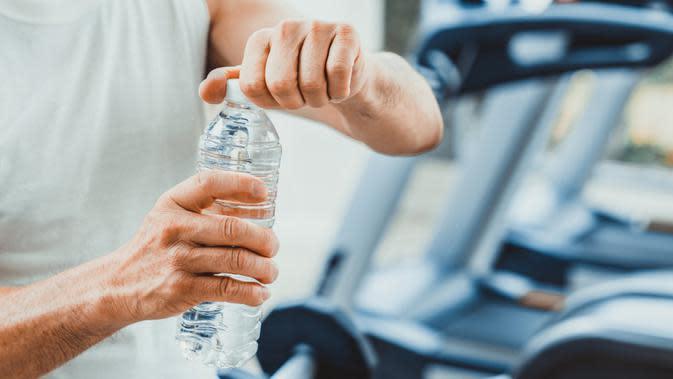 Kamu harus minum air putih lebih banyak usai berolahraga.