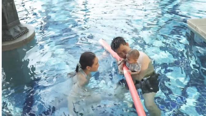 Shandy Aulia ajari anaknya berenang (Sumber: YouTube/Shandy Aulia)