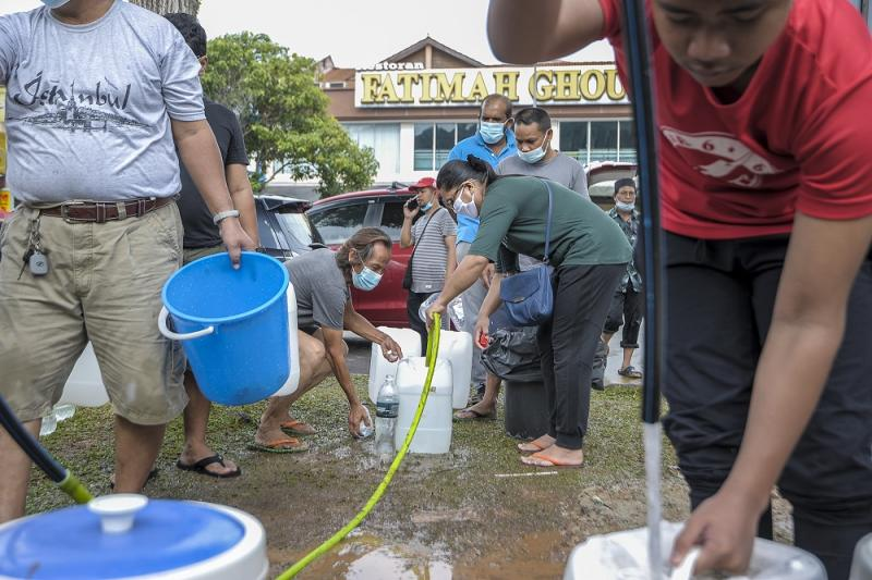 Residents collect water from a Syabas water point in Kuala Lumpur following the water disruption in the Klang Valley September 5, 2020. ― Picture by Shafwan Zaidon