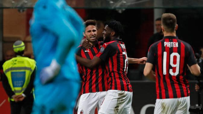 Penyerang AC Milan, Fabio Borini berselebrasi dengan timnya setelah mencetak gol ke gawang Bologna dalam laga pekan ke-35 Liga Italia di San Siro, Senin (6/5/2019). AC Milan berhasil mengatasi Bologna 2-1 demi memelihara asa mereka mengamankan tiket ke Liga Champions musim depan (AP/Antonio Calanni)