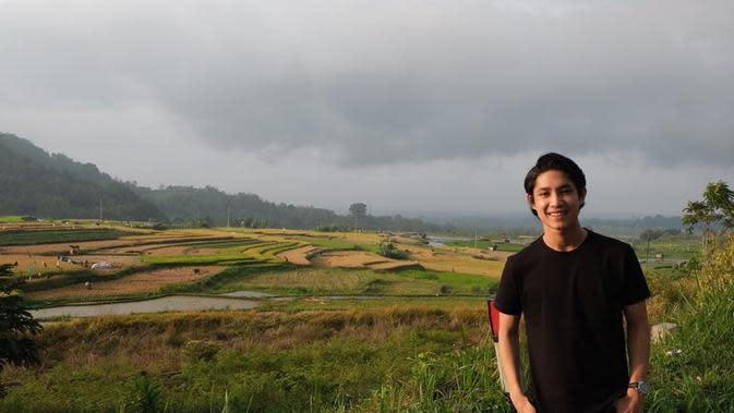 Bahkan seleb tampan berusia 20 tahun ini sangat menyukai pemandangan hamparan sawah. Hamparan sawah didapatkan Teuku Rassya saat berlibur ke Sumatra Barat. Dengan bergaya simpel dan kasual, Rassya mampu terlihat sangat memukau.(Liputan6.com/IG/@teukurassya)