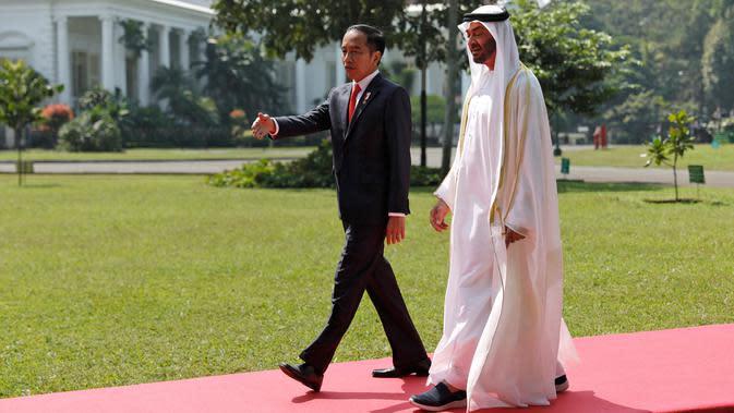 Presiden Joko Widodo (kanan) berbincang dengan Putra Mahkota Abu Dhabi/Wakil Panglima Tertinggi Angkatan Bersenjata Uni Emirat Arab Sheikh Mohamed Bin Zayed Al Nahyan (kiri) saat kunjungan kenegaraan di Istana Bogor, Jawa Barat, Kamis (24/7/2019). (Willy Kurniawan/Pool Photo via AP)