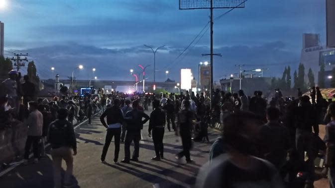 Alunan Azan Magrib Hentikan Sejenak Kisruh Demo Tolak Omnibus Law di Makassar