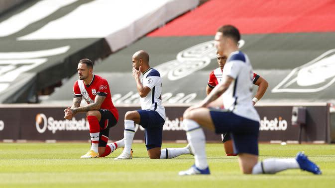 Pemain Southampton dan Tottenham Hotspur berlutut untuk mendukung pergerakan Black Lives Matter sebelum pertandingan Liga Premier Inggris di Stadion St. Mary, Southampton, Inggris, Minggu (20/9/2020). Tottenham menekuk Southampton 5-2, Son Heung-min menyumbang empat gol. (Andrew Boyers/Pool via AP)
