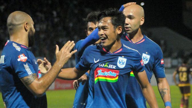 Selebrasi pemain PSIS saat menjamu PSM di Stadion Moch. Soebroto, Magelang (27/11/2019). (Bola.com/Vincentius Atmaja)