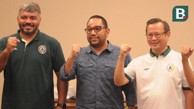 Dirut PSS Sleman, Marco Paulo Garcia (tengah) diapit oleh Direktur Keuangan PSS, Andy Wardhana (kanan) dan manajer tim, Danilo Fernando dalam perkenalan jajaran direksi, Kamis (13/8/2020). (Bola.com/Vincentius Atmaja)