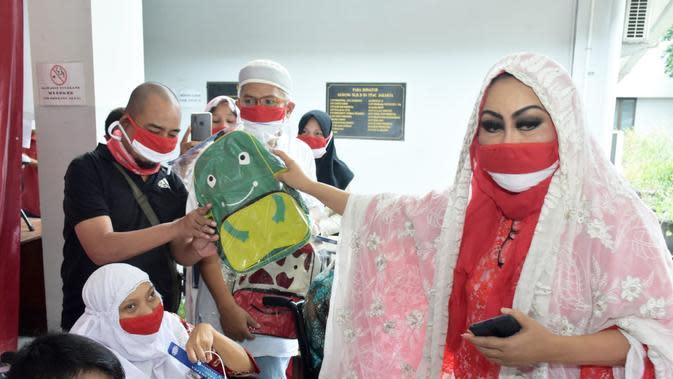 Erna Santoso turun langsung membagikan sembako dan paket bingkisan Lebaran