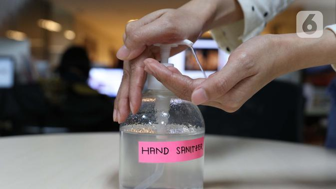 Membersihkan tangan dengan hand sanitizer jadi kegiatan rutin awak redaksi dan divisi lain di Liputan6.com. (Helmi Fitriansyah)