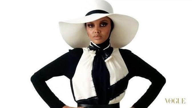 Inspirasi busana hijab dengan topi ala Halima Aden. (dok. Instagram @khalimaaden/https://www.instagram.com/p/BbqxwhphbKV//Adhita Diansyavira)