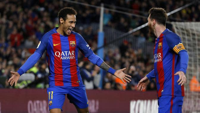 Selebrasi pemain Barcelona, Neymar (kiri) dan Lionel Messi setelah membobol gawang Celta Vigo apada lanjutan La Liga Spanyol di Camp Nou, Barcelona, (4/3/2017). Barcelona 5-0. (AP/Francisco Seco)