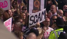 英國擬實施兩週封城令 民眾不滿上街抗議