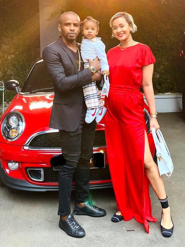 Nah, ini adalah potret bahagia Kimmy bersama anak pertamanya dan sang suami. Wajah ketiganya tampak begitu antusias dan tak sabar pastinya menantikan kehadiran calon anggota keluarga mereka yang akan lahir. (Instagram/kimmyjayanti)