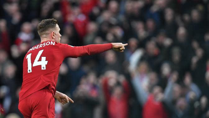 Kapten Liverpool, Jordan Henderson, melakukan selebrasi tepat setelah mencetak gol kedua dalam kemenangan 4-0 yang diraih The Reds atas Southampton di Anfield, Sabtu (1/2/2020). (Paul Ellis/AFP)