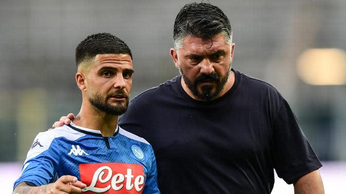 Pelatih Napoli, Gennaro Gattuso, berbicara dengan Lorenzo Insigne saat menghadapi Atalanta pada laga lanjutan Serie A pekan ke-29 di Gewiss Stadium, Jumat (3/7/2020) dini hari WIB. Atalanta menang 2-0 atas Napoli. (AFP/Miguel Medina)