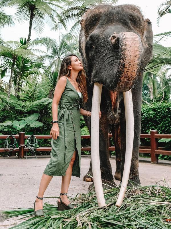 Tak hanya menikmati keindahan alam seperti pantai, namun Luna Maya juga berkunjung ke Mason Elephant Park. Mantan kekasih Ariel Noah ini bahkan berfoto dengan seekor gajah bernama Dumbo. (Liputan6.com/IG/lunamaya)