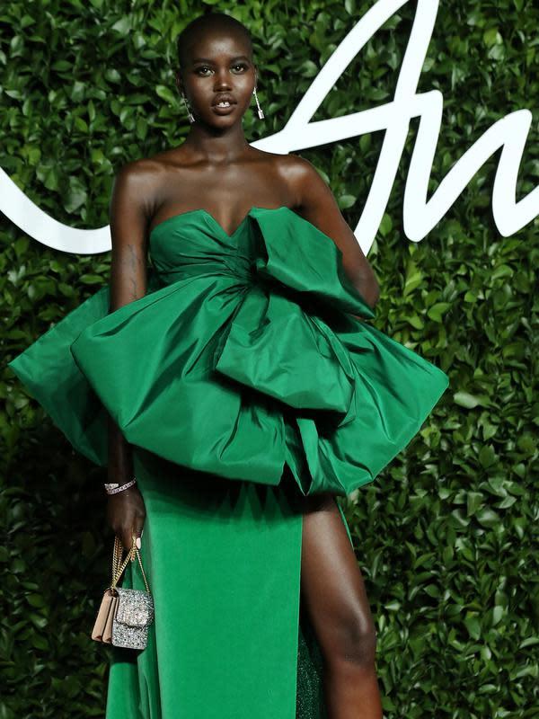 Model Sudan Selatan-Australia, Adut Akech berpose di karpet merah saat menghadiri The Fashion Awards 2019, London, Inggris, Senin (2/12/2019). The Fashion Awards adalah acara tahunan yang menyoroti orang-orang luar biasa dan bisnis berpengaruh dalam industri mode global. (ISABEL INFANTES/AFP)
