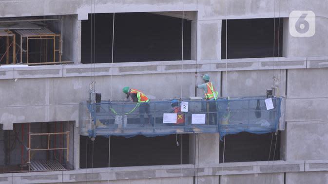 Pekerja tengah menyelesaika pembangunan gedung bertingkat di Jakarta, Kamis (3/9/2020). Angka ini naik dari sebelumnya hanya 85.109 kasus menjadi 108.573 kasus. (Liputan6.com/Angga Yuniar)