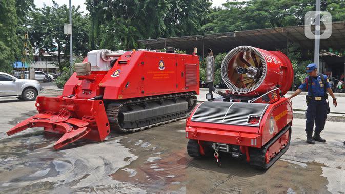 Petugas pemadam kebakaran memperlihatkan robot damkar jenis Dok-INK MVF- U3 (kiri) dan jenis LUF 60 di kantor PKP DKI Jakarta, Kamis (13/2/2020). Robot pemadam kebakaran ini bisa digunakan untuk kebakaran yang sifatnya berada di lokasi khusus dan beresiko tinggi. (Liputan6.com/Herman Zakharia)