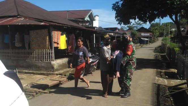 VIVA Militer: Babinsa Koramil 409-07/LA Gendong Nenek Agar Dapat BLT