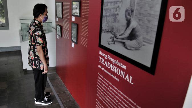 Petugas menunjukkan tata cara melihat koleksi sesuai garis batas di Museum Kebangkitan Nasional, Jakarta, Senin (8/6/2020). Pengelola menyiapkan standar protokol kesehatan jelang dibuka kembali untuk umum saat masa PSBB Transisi guna memutus penyebaran Covid-19. (merdeka.com/Iqbal S Nugroho)