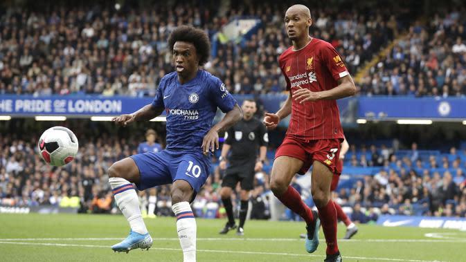 Gelandang Chelsea, Willian (kiri) berusaha mengontrol bola dari kawalan bek Liverpool, Fabinho selama pertandingan lanjutan Liga Inggris di Stadion Stamford Bridge, London (22/9/2019). Liverpool menang tipis atas Chelsea 2-1. (AP Photo/Matt Dunham)