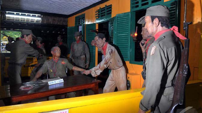 Patung-patung di Museum Lubang Buaya yang menggambarkan suasana penyiksaan PKI terhadap para Jenderal, Jakarta, Selasa (30/9/2014) (Liputan6.com/Johan Tallo)