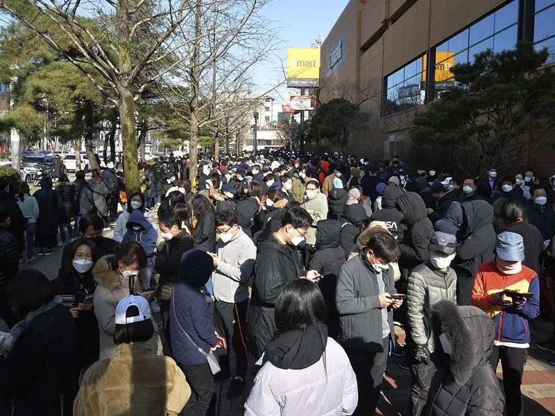南韓排隊搶口罩 人潮看不到盡頭
