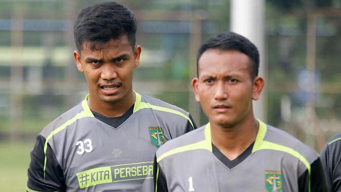 Dua kiper Persebaya Surabaya, Miswar Saputra dan Abdul Rohim. (Bola.com/Aditya Wany)