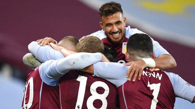 Para pemain Aston Villa merayakan gol yang dicetak oleh Ross Barkley ke gawang Liverpool pada laga Liga Inggris di Stadion Villa Park, Minggu (4/10/2020). Liverpool takluk dengan skor 7-2. (Peter Powell/Pool via AP)