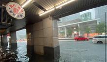 快新聞/信義區成「水都」! 機車泡水橫躺水中 市府站陷入泥河