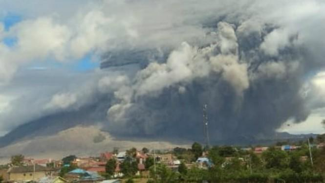 Gunung Sinabung Masih Erupsi Terus dan Kembali Semburkan Awan Panas