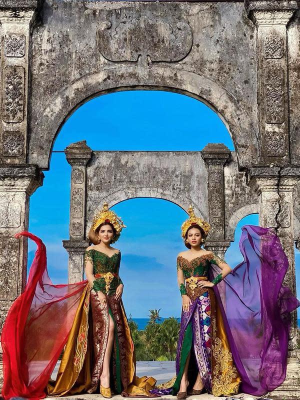Ashanty dan Aurel kompak mengenakan busana tradisional Bali menyerupai para perempuan yang berada di sana. Di sesi pemotretan kali ini, keduanya kompak mengenakan kebaya khas Bali berwarna hijau. Terlihat mewah dan elegan penampilan dua perempuan cantik ini. (Instagram/ashanty_ash)