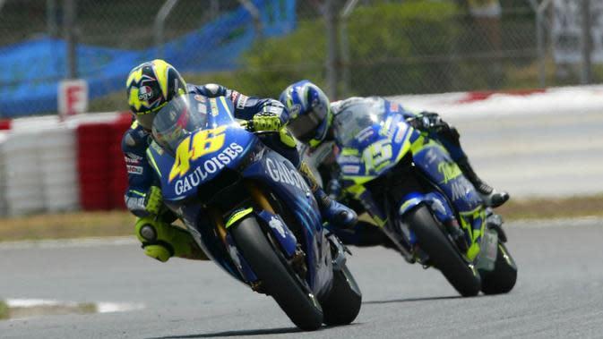 Aksi persaingan Valentino Rossi dan Sete Gibernau pada MotoGP Catalunya 2004. (MotoGP)