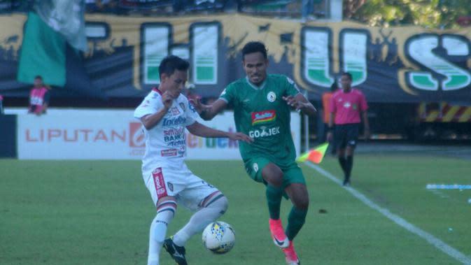 Perebutan bola antara pemain PSS, Haris Tuharea (kanan) dengan bek Bali United, Dias Angga Putra ,dalam laga di Stadion Maguwoharjo, Sleman (6/11/2019). (Bola.com/Vincentius Atmaja)