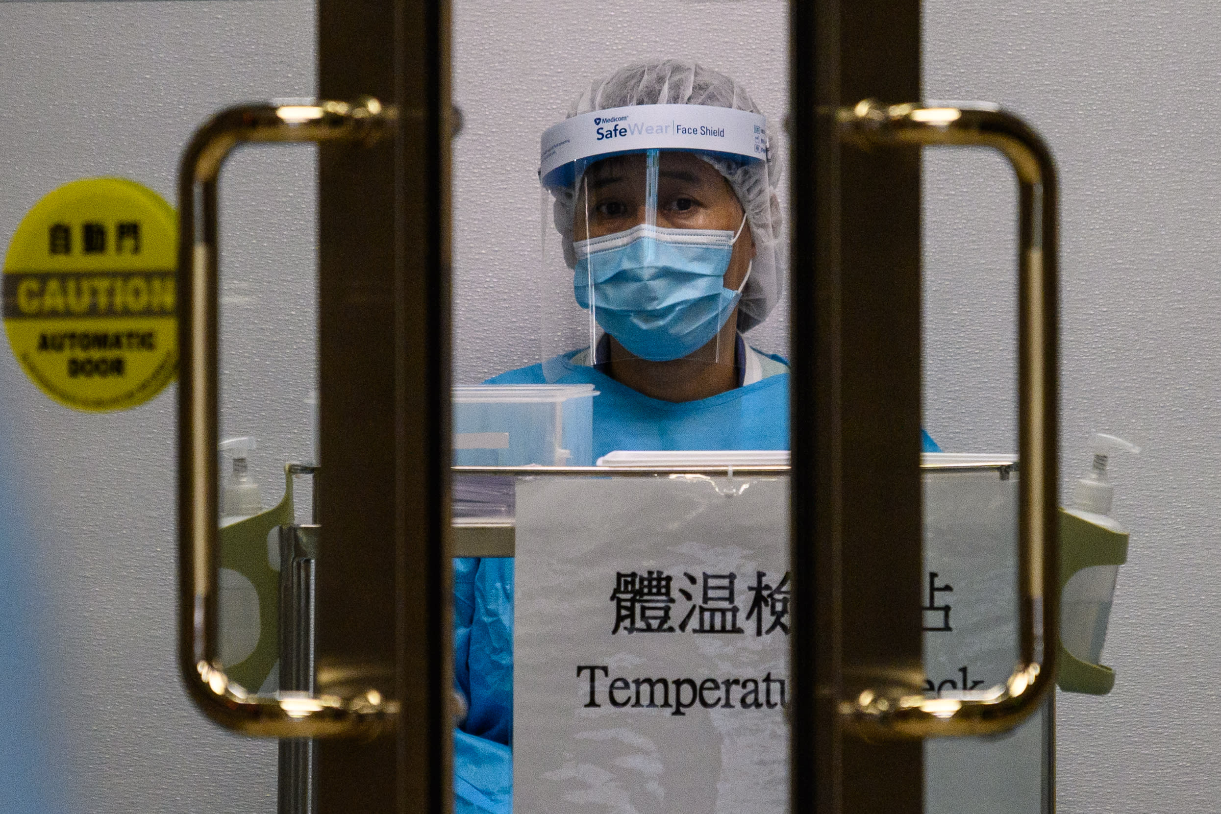 【疫情追蹤】隔離病床告急,確診者留家未送院,社區感染風險增|Yahoo早報