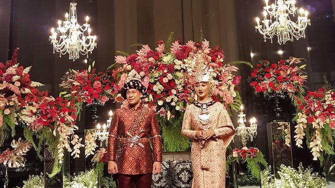 Resepsi pernikahan di gelar pada malam harinya. Berdasarkan informasi, resepsi digelar mulai pukul 19.00 WIB. Potret mewah dan berhias bunga-bunga mengelilingi pelaminan. (Instagram/ghatie.rp)