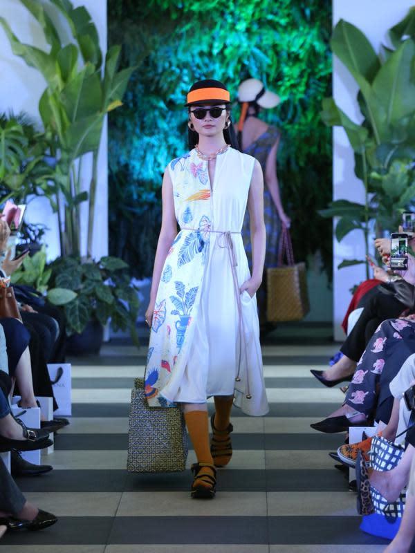 Koleksi Purana Spring/Summer 2020 ini memilih menggunakan material fine cotton, breathable denim, dan cupro dari Jepang. Seperti yang diketahui, Curo menjadi bahan andalan yang digunakan Purana. (Daniel Kampua/Fimela.com)