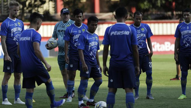 Pemain Persib Bandung saat mengikuti latihan di Stadion PTIK, Jakarta, Selasa (22/10). Hadapi Bhayangkara, Persib jajal lapangan PTIK. (Bola.com/Yoppy Renato)