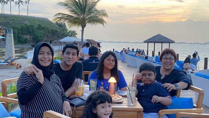 Tantri Kotak bersama keluarga (Instagram/tantrisyalindri)